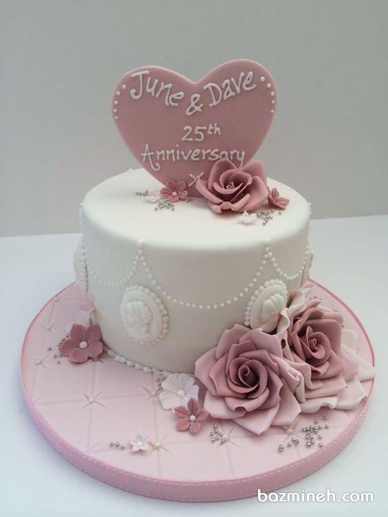 مینی کیک فوندانت جشن سالگرد ازدواج با تم سفید صورتی با تزیین گلهای خمیری فوندانت