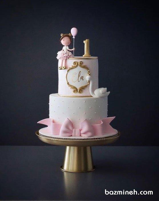 کیک دو طبقه فوندانت عروسکی جشن تولد یکسالگی دخترونه با تم سفید صورتی