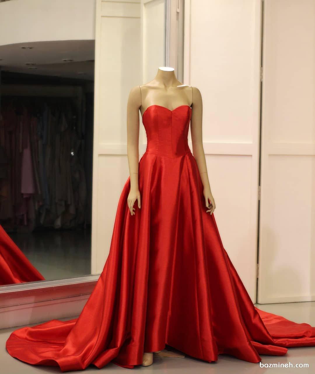 لباس مجلسی با پارچه ساتن براق قرمز رنگ و یقه دکلته قلبی و دامن کلوش دنباله دار مدلی متفاوت برای پیراهن نامزدی