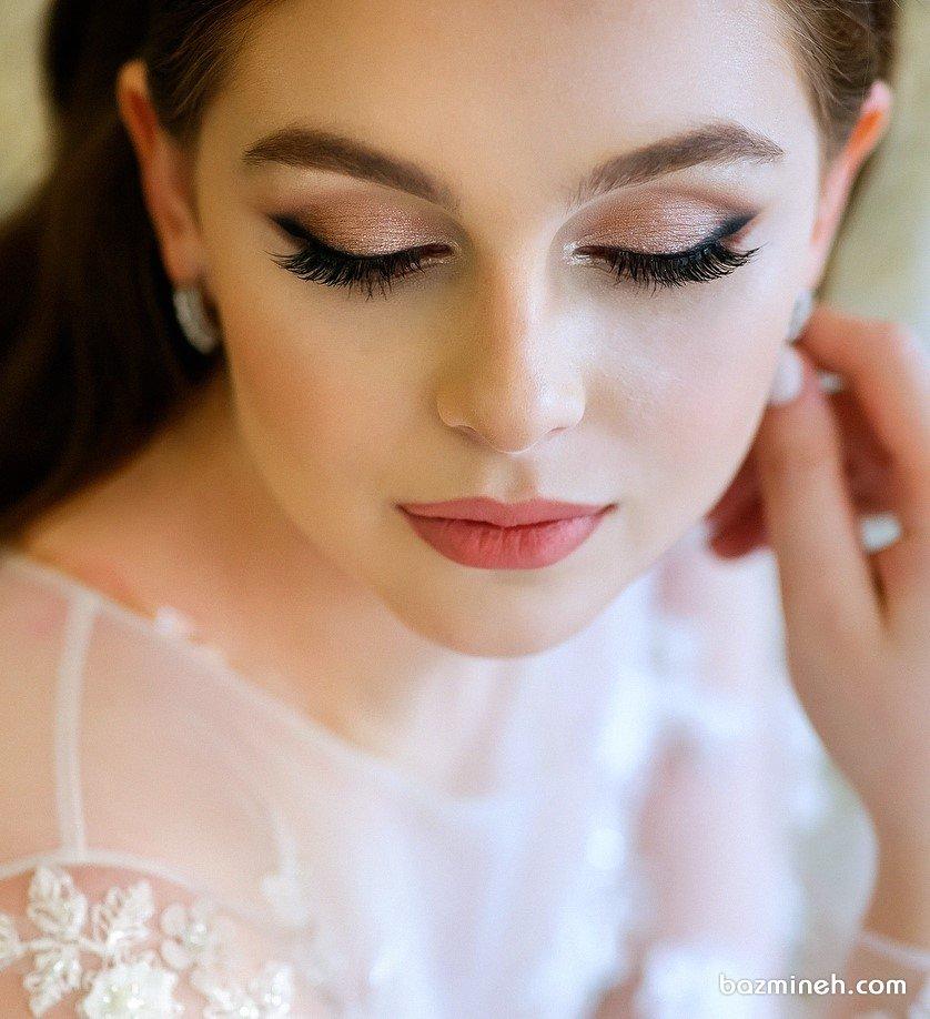 مدل خط چشم کشیده و سایه چشم شاینی طلایی ایدهآل برای عروس خانمها با سبک لوکس