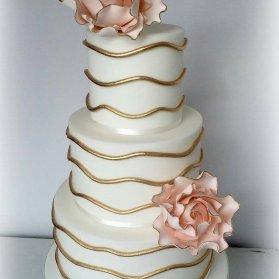 کیک سه طبقه جشن نامزدی یا سالگرد ازدواج تزیین شده با گلهای فوندانت گلبهی