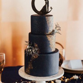 کیک سه طبقه رویایی جشن نامزدی، عروسی یا سالگرد ازدواج با تم مشکی طلایی