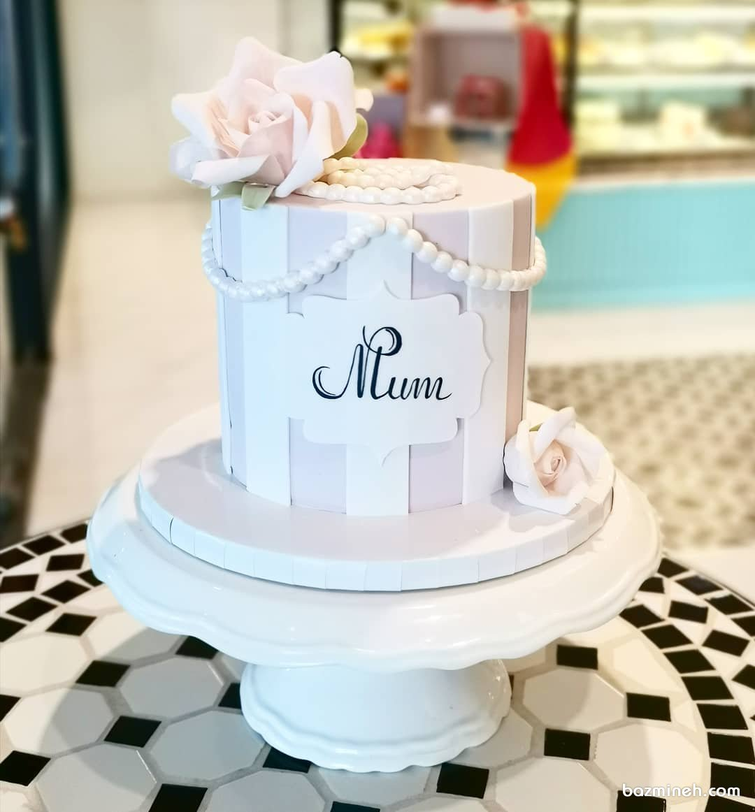 کیک فانتزی جشن تولد دخترونه تزیین شده با مرواریدهای خامهای و گلهای شکری صورتی