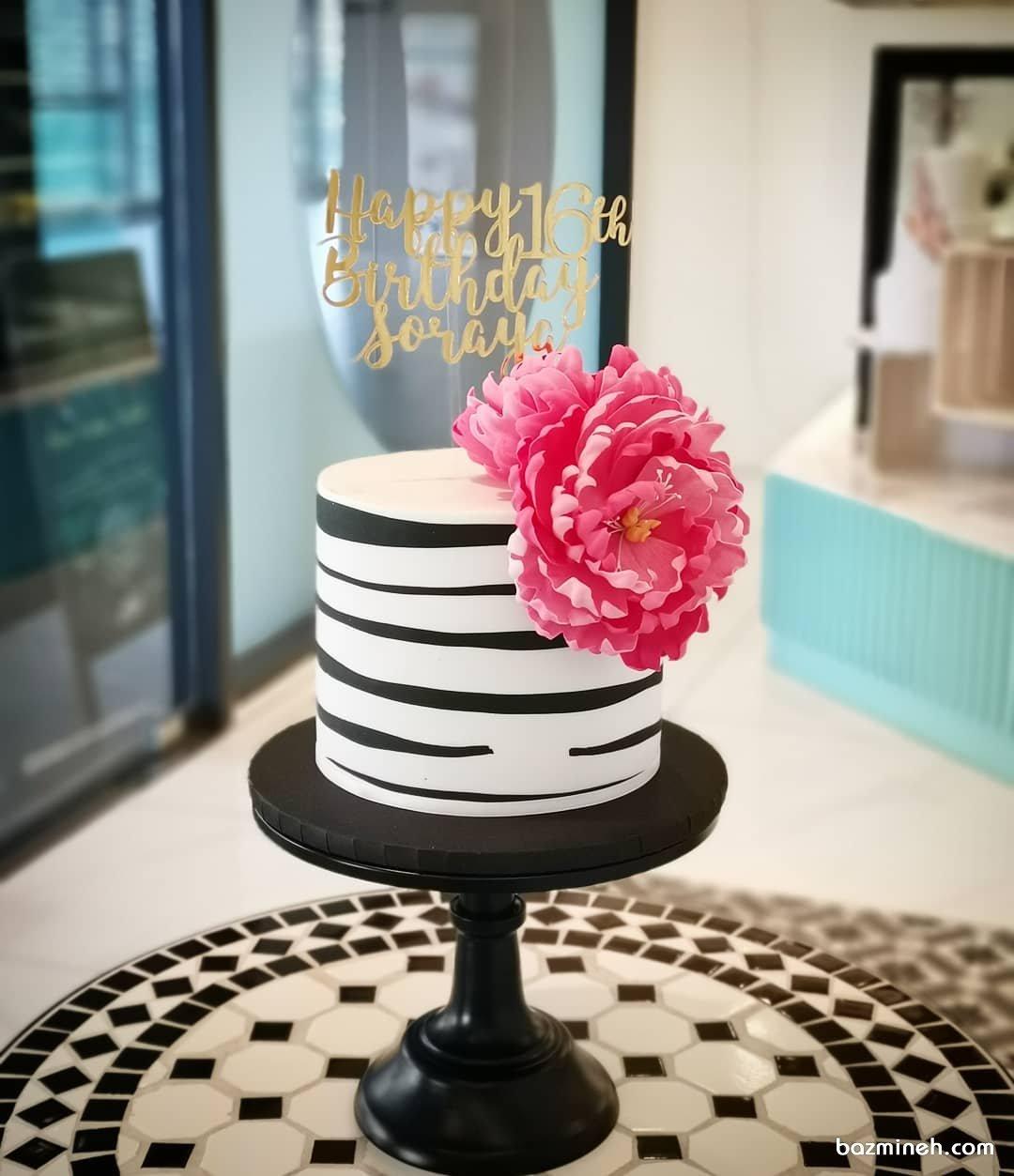 کیک شیک و زیبای جشن تولد دخترونه با تم سفید مشکی صورتی