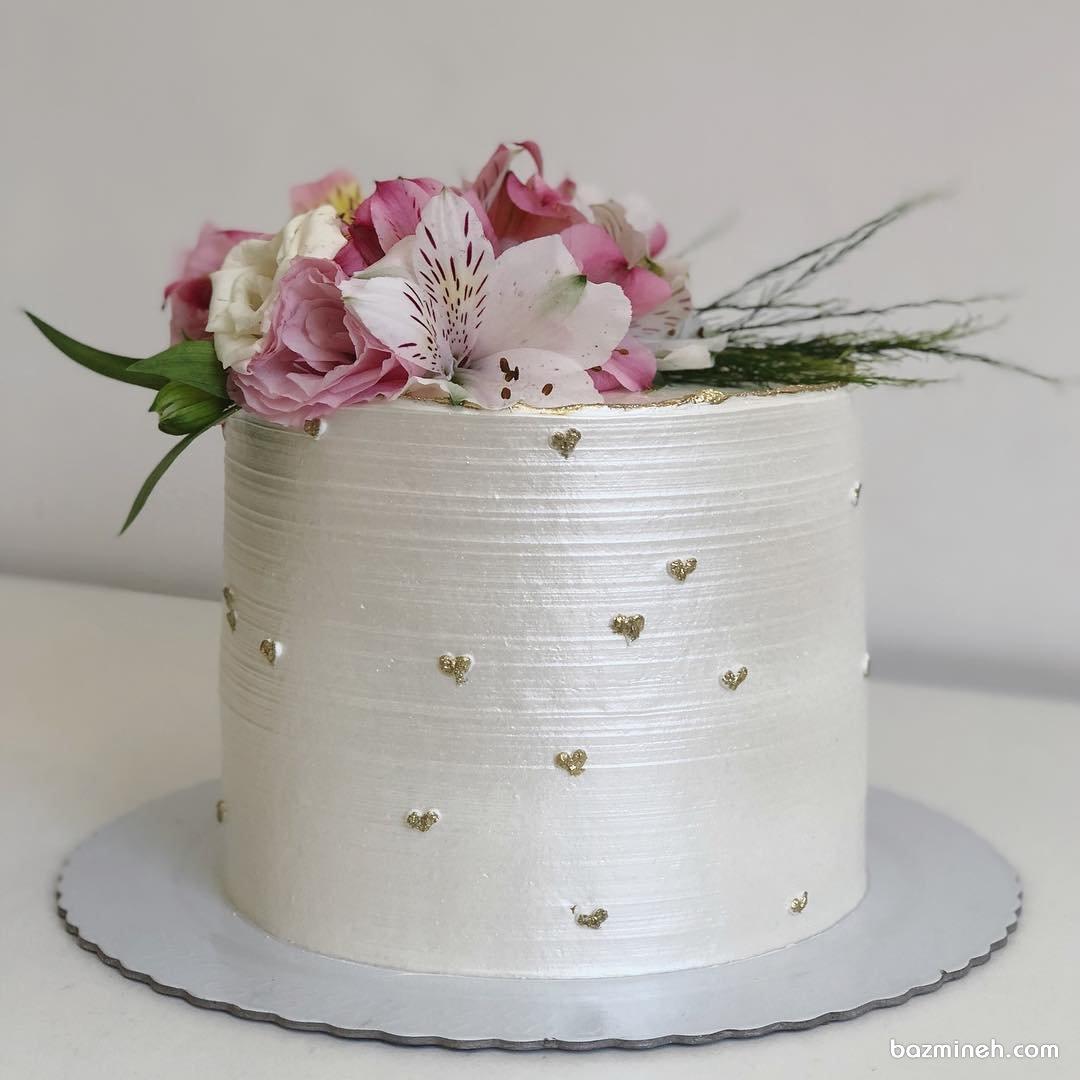کیک رمانتیک جشن سالگرد ازدواج تزیین شده با گلهای طبیعی