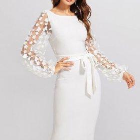 پیراهن جلو بسته سفید رنگ با آستینهای پفی گلدوزی شده زیبا برای مانتو عقد یا مراسم فرمالیته