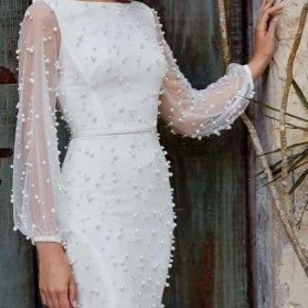 پیراهن ساده و شیک جلو بسته با پارچه سفید رنگ مروارید دوزی شده و آستینهای توری مناسب برای مراسم عقد محضری یا عکاسی مراسم فرمالیته