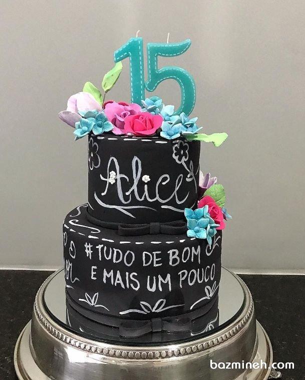 کیک دو طبقه جشن تولد نوجوان با تم تخته سیاه تزیین شده با گلهای خمیری فوندانت