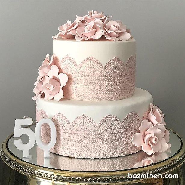 کیک دو طبقه جشن تولد بزرگسال با تم سفید صورتی با تزیین گلهای شکری