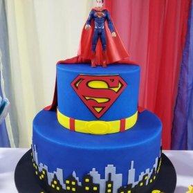 کیک دو طبقه فوندانت جشن تولد پسرونه با تم سوپرمن