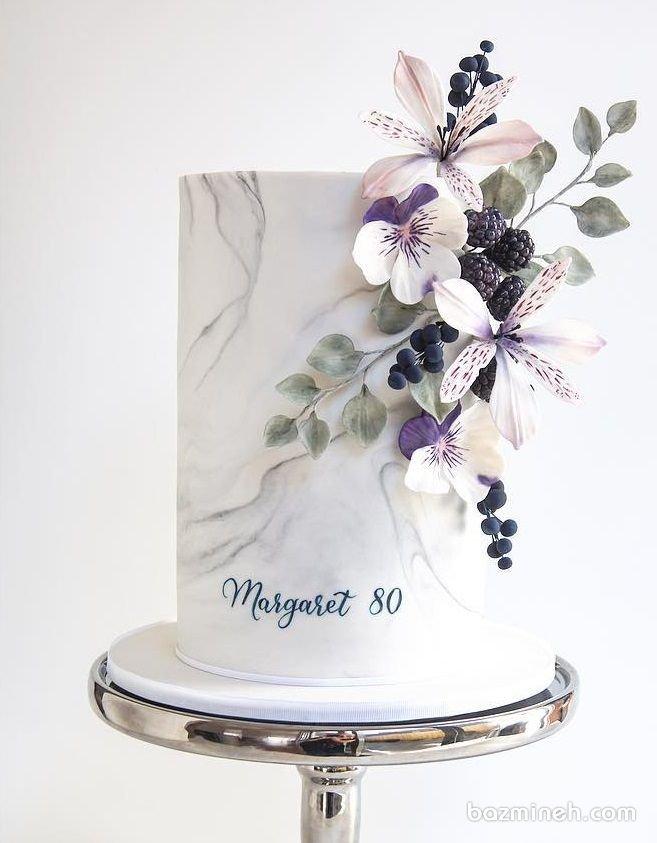 کیک یونیک جشن تولد بزرگسال یا سالگرد ازدواج تزیین شده با گلهای بهاری با تم کرم یاسی