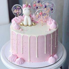 کیک فانتزی جشن تولد دخترونه با تم یونیکورن سفید صورتی