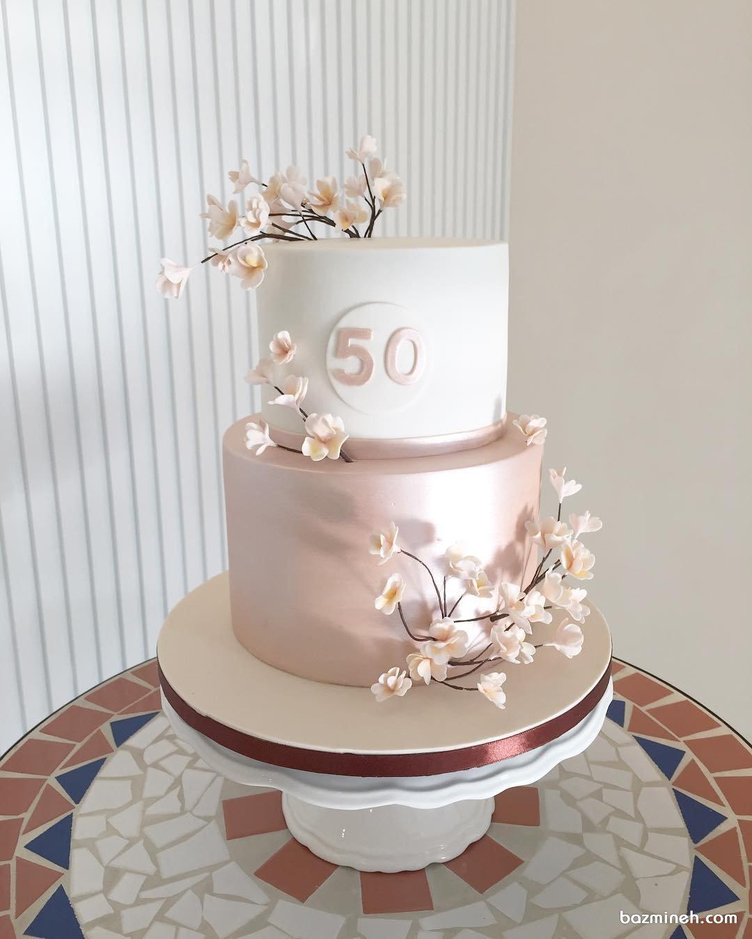 کیک دو طبقه جشن تولد بزرگسال یا سالگرد عروسی با تم رمانتیک سفید گلبهی