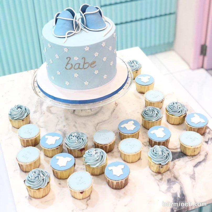 کیک و کاپ کیکهای فوندانت جشن تعیین جنسیت یا بیبی شاور پسرونه با تم سفید آبی