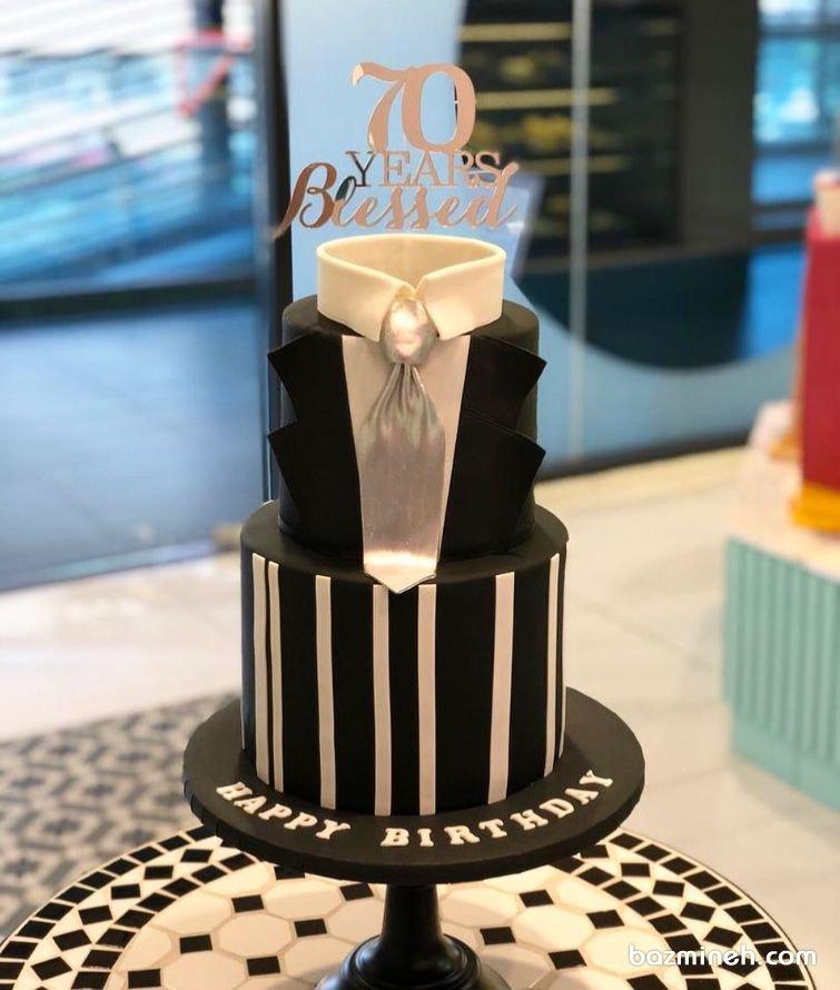 کیک دو طبقه فوندانت جشن تولد پسرونه با تم کت مشکی و کروات