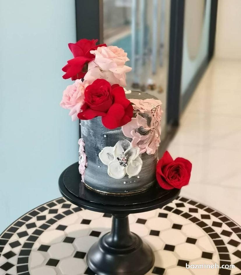 مینی کیک خامهای جشن تولد بزرگسال با تم طوسی قرمز با تزیین گلهای رز طبیعی