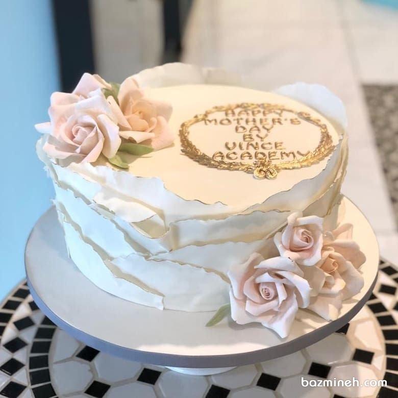 کیک رویایی جشن تولد بزرگسال یا روز مادر با تم سفید صورتی و تزیین گلهای شکری
