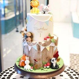 کیک دو طبقه فوندانت جشن تولد کودک با تم باغ وحش
