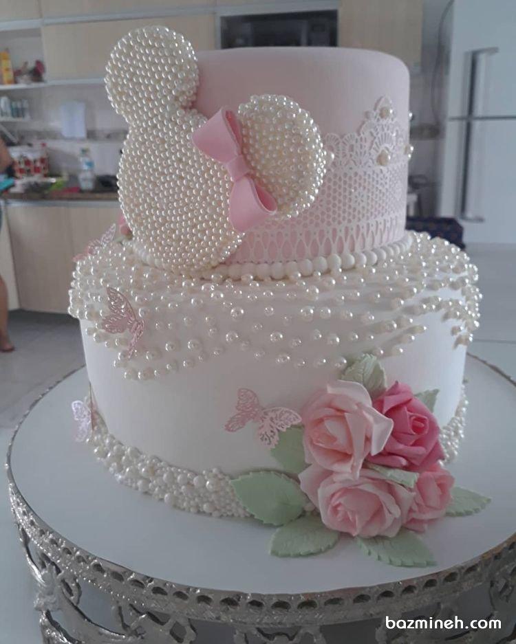 کیک دو طبقه خامهای جشن تولد دخترونه با تم مینی موس (Minnie Mouse) تزیین شده با مروارید