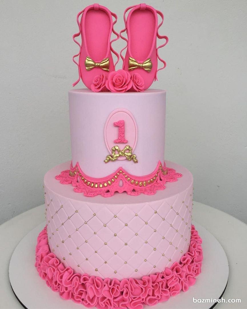 کیک دو طبقه جشن تولد یکسالگی دخترونه با تم بالرین صورتی طلایی
