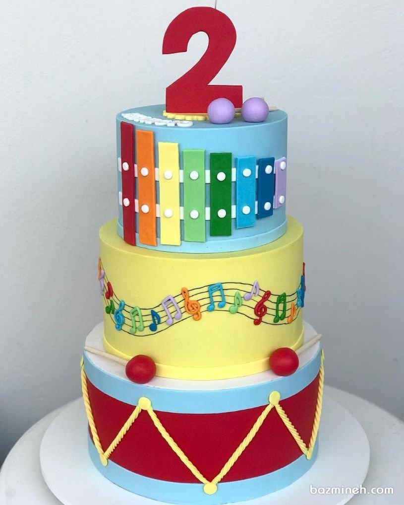 کیک سه طبقه فوندانت جشن تولد کودک با تم موسیقی و موزیسین