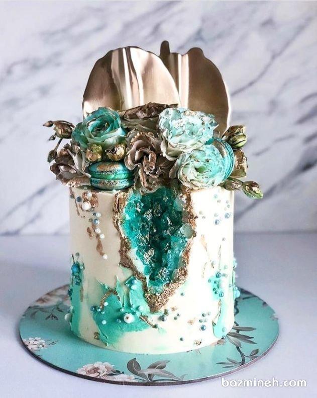 کیک ژئود جشن تولد بزرگسال با تزیین گلهای رز و ماکارون