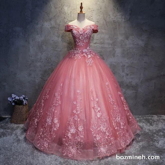 لباس نامزدی با یقه دلبری و آستین دار و پارچه حریر گلدوزی شده صورتی رنگ مناسب برای عروس خانمها با استایل رمانتیک