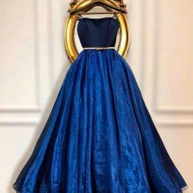 لباس مجلسی با یقه دکلته و دامن پفی کلوش و پارچه حریر شیشهای سرمهای رنگ مدلی زیبا و متفاوت برای ساقدوشهای عروس