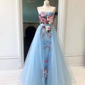 لباس مجلسی یقه دکلته و دامن پفی بلند و پارچه گلدار و تور آبی رنگ پیشنهادی زیبا برای نوعروسها در مجالس