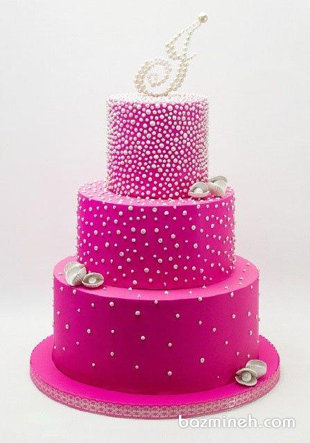 کیک سه طبقه جشن تولد بزرگسال دخترونه تزیین شده با مرواریدهای خوراکی  و تم صورتی سفید