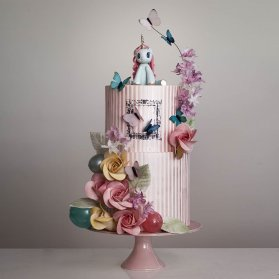 کیک دو طبقه جشن تولد دخترونه با تم اسب تک شاخ (یونیکورن)
