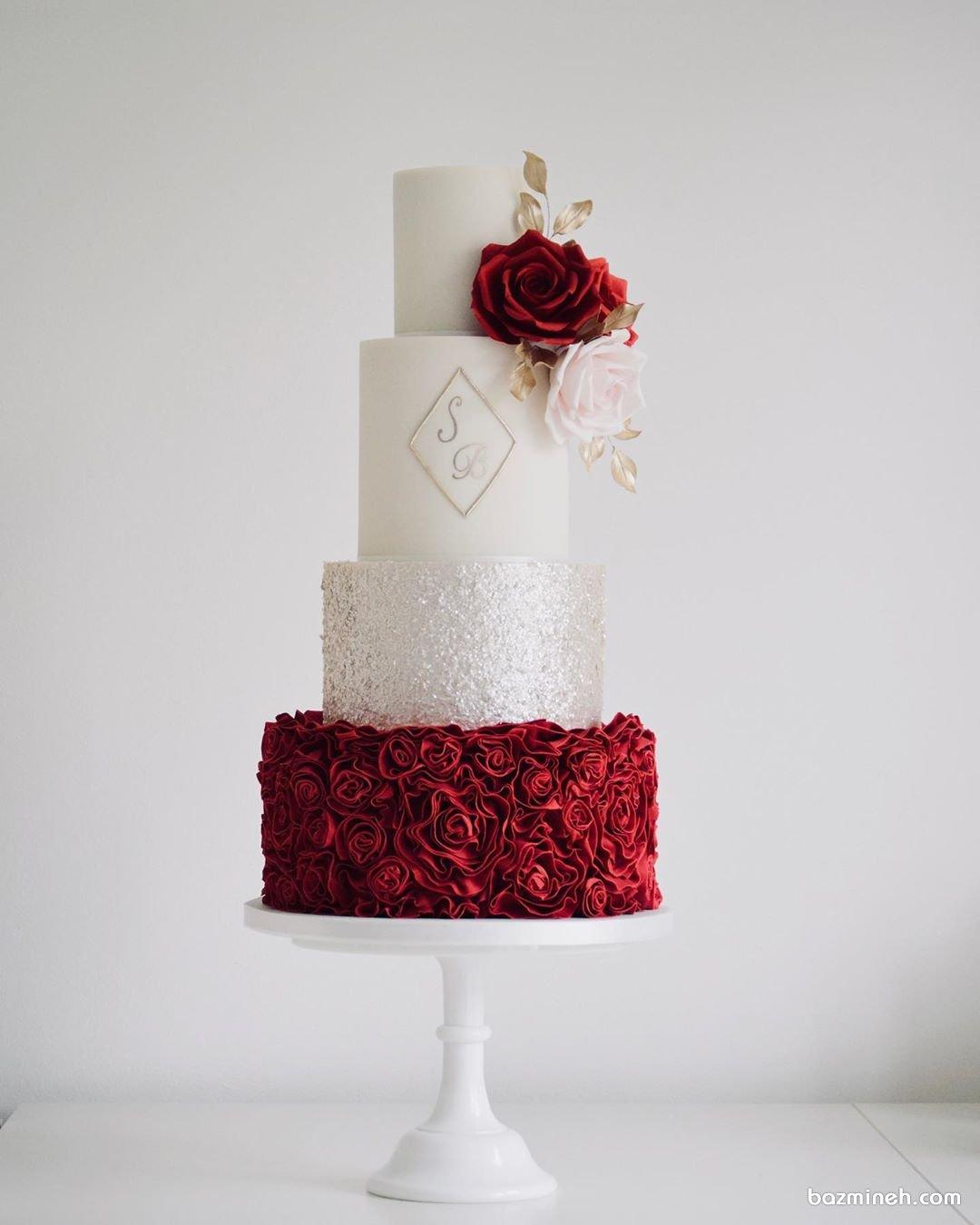 کیک چند طبقه خامهای جشن نامزدی یا عروسی با تم سفید قرمز