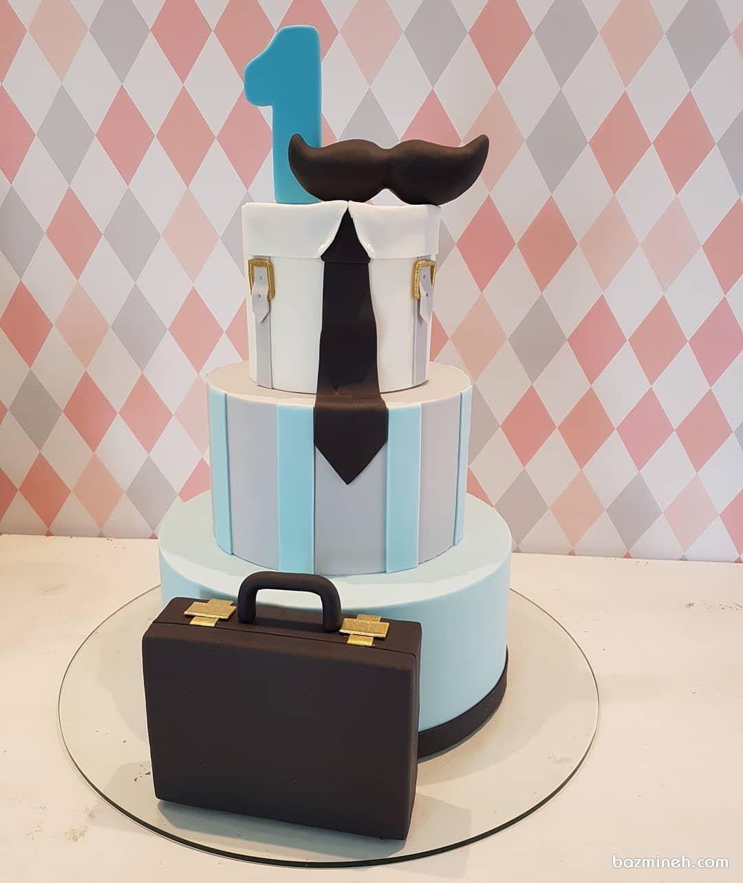کیک سه طبقه فوندانت جشن تولد پسرونه با تم کروات و سیبیل