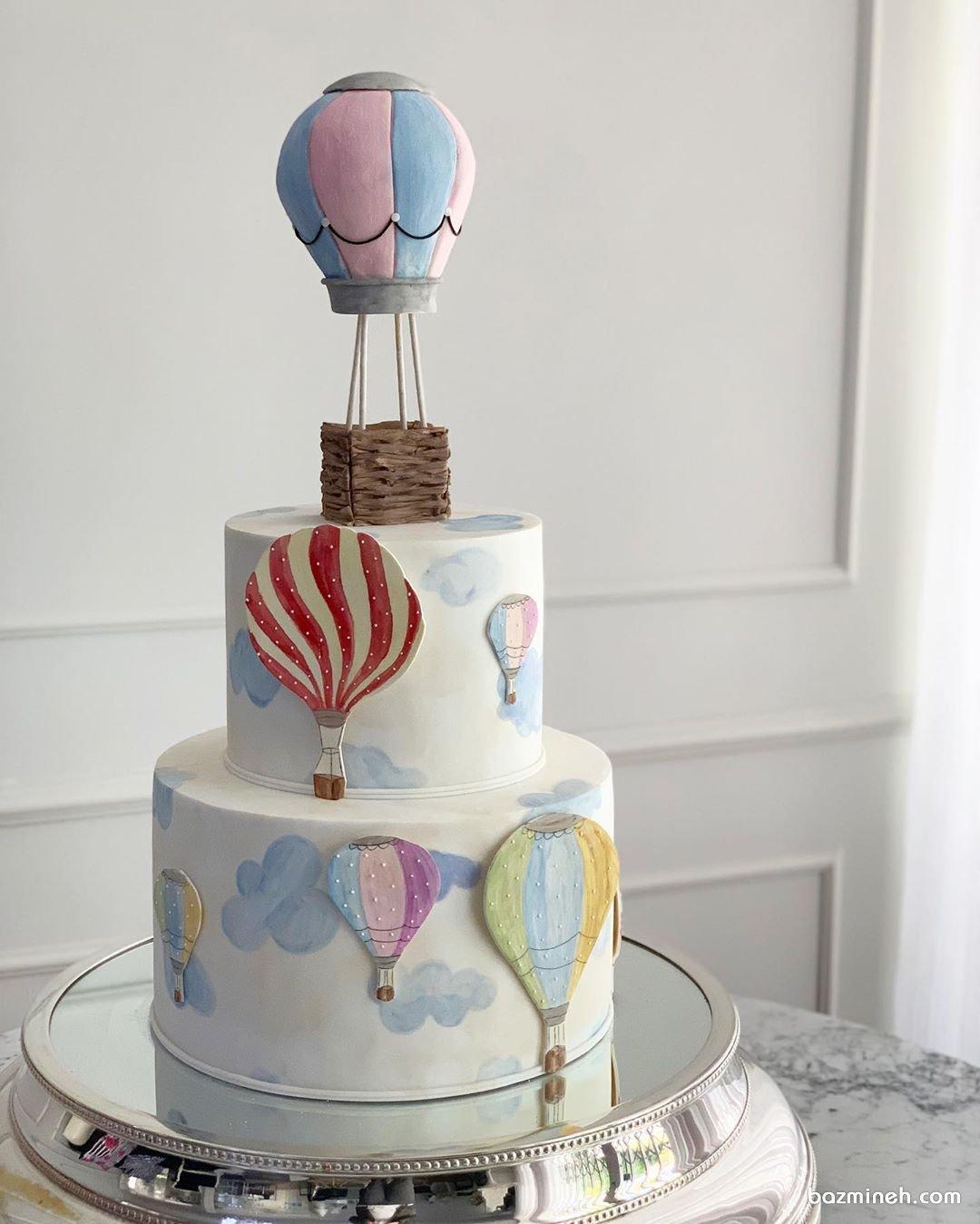 کیک دو طبقه خامهای جشن تولد کودک با تم بالن