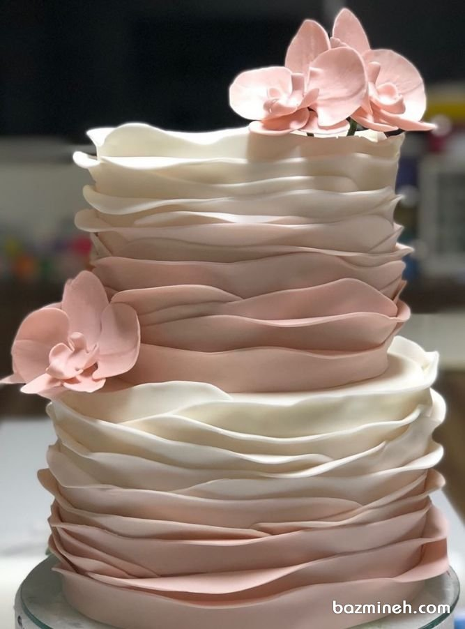 کیک خامهای جشن تولد بزرگسال یا سالگرد ازدواج با تم سفید صورتی