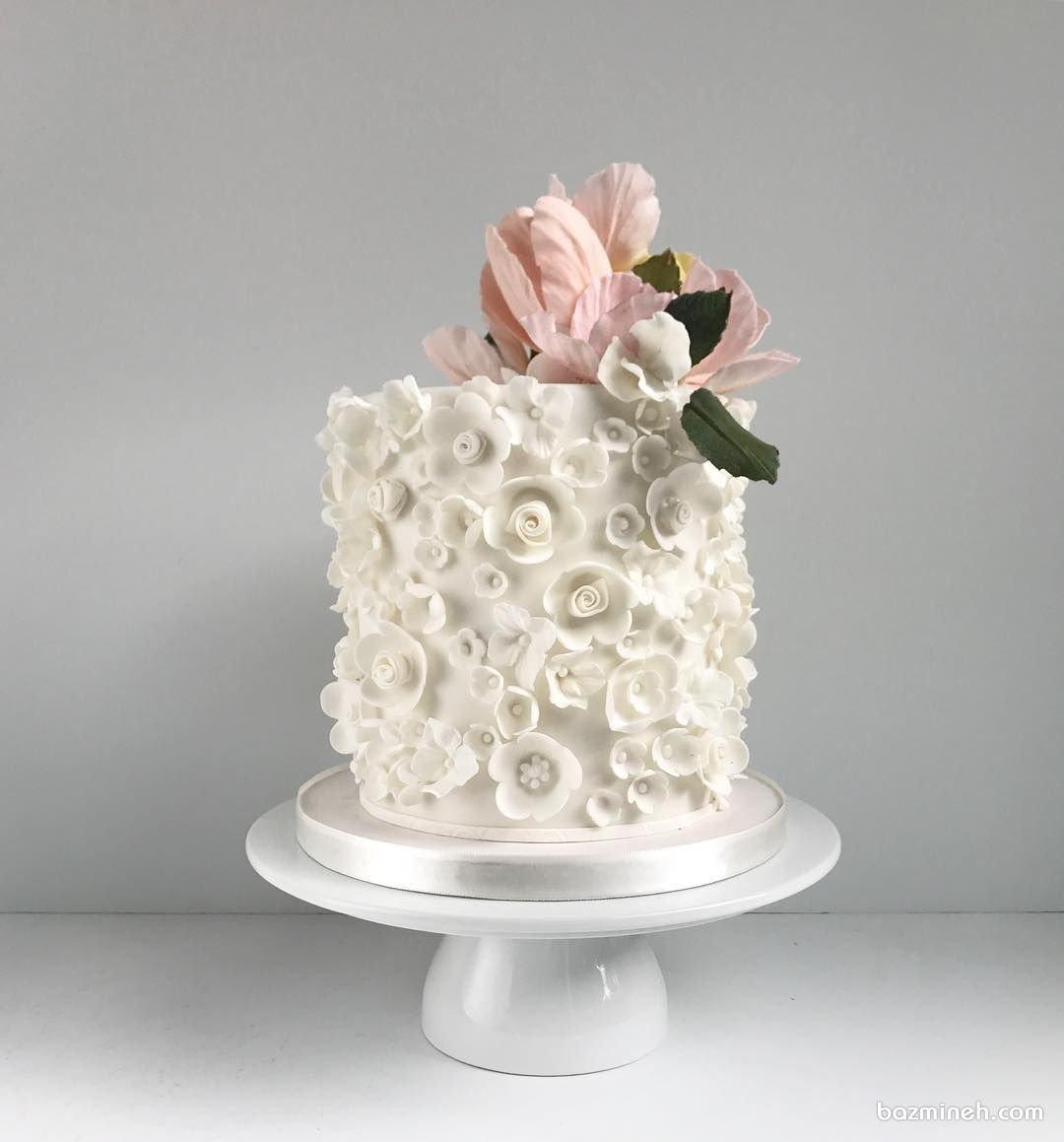 کیک ساده و شیک با تزیین گلهای برجسته زیبا برای جشن تولد بزرگسال و سالگرد ازدواج