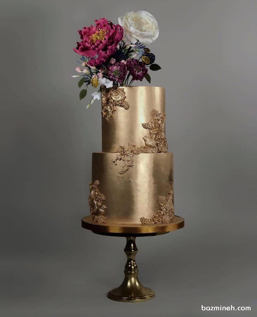 کیک دو طبقه جشن نامزدی یا تولد بزرگسال با تم طلایی