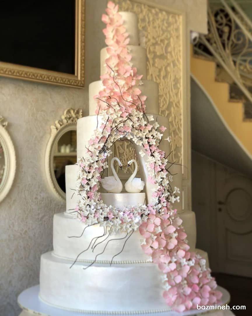 کیک چند طبقه یونیک جشن نامزدی یا عروسی با تم قوهای عاشق