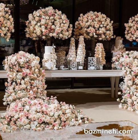 گل آرایی خاص جایگاه کیک عروسی در تالار