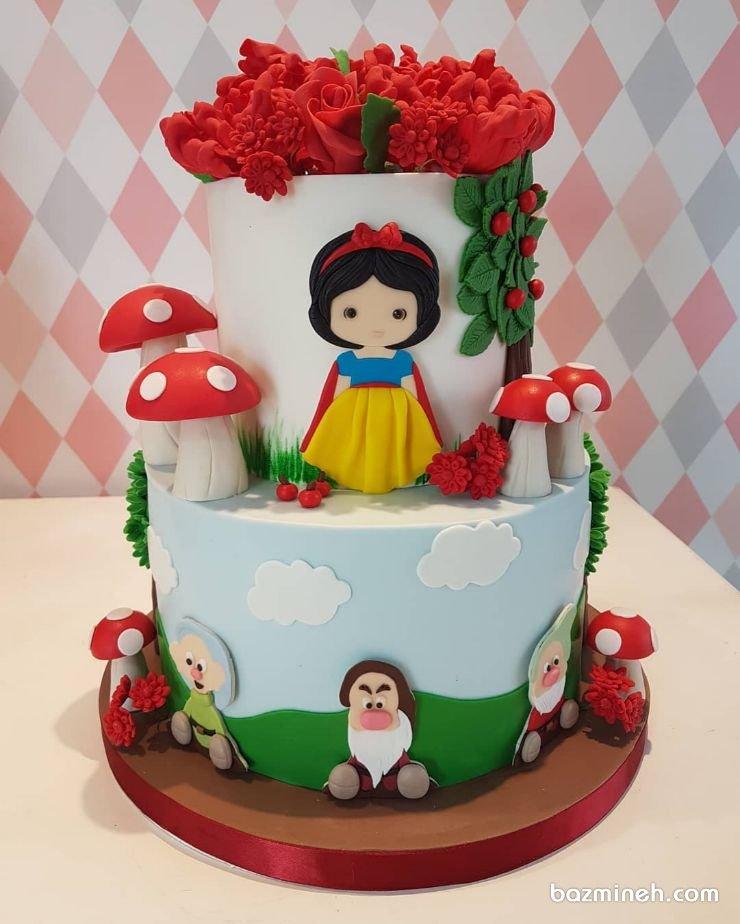 کیک دو طبقه فوندانت جشن تولد دخترونه با تم سفید برفی و هفت کوتوله