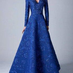 پیراهن بلند پوشیده آستین دار آبی کاربنی رنگ با یقه هفت و دامن کلوش مدلی زیبا برای خانمهای خوشاندام