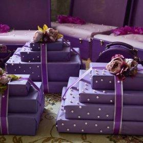 بستهبندی یونیک کادو با تزیین زیبای مروارید و ربان و گلهای مصنوعی