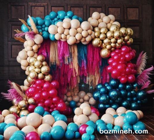 بادکنک آرایی شلوغ و زیبای تولد به صورت آرک با رنگهای مختلف ایده ای خاص و جذاب برای جشن شما