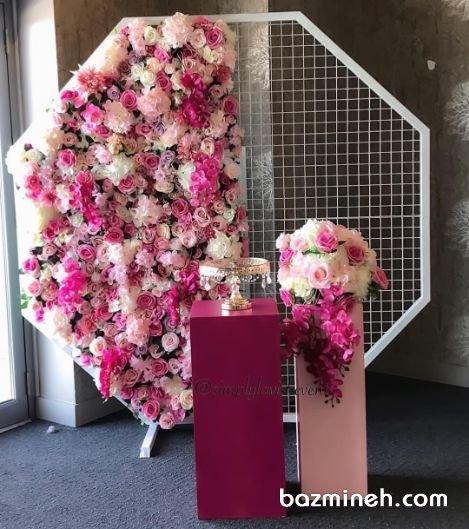 استند زیبای گل آرایی شده به شکل هشت ضلعی برای جشن نامزدی یا عروسی