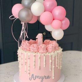 یک کیک کوچک و زیبا به رنگ صورتی مناسب جشن تولد دختر کوچولوها