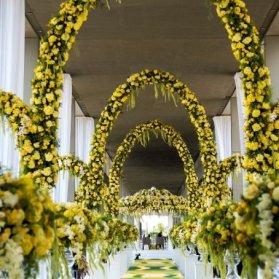 گل آرایی زیبا به شکل طاقهای بلند برای جشنهای لوکس عروسی