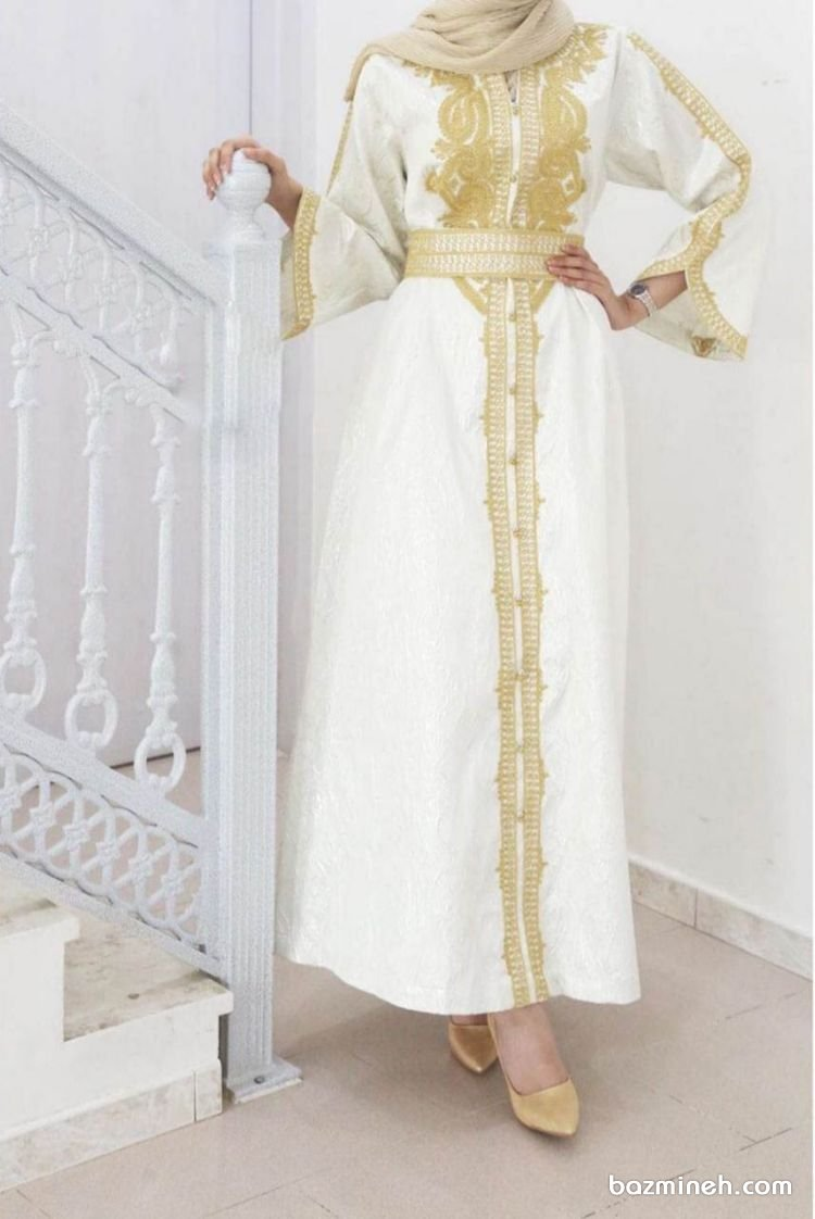 مانتو عقد شیک و پوشیده بلند با پارچه سفید رنگ و نوار دوزی طلایی