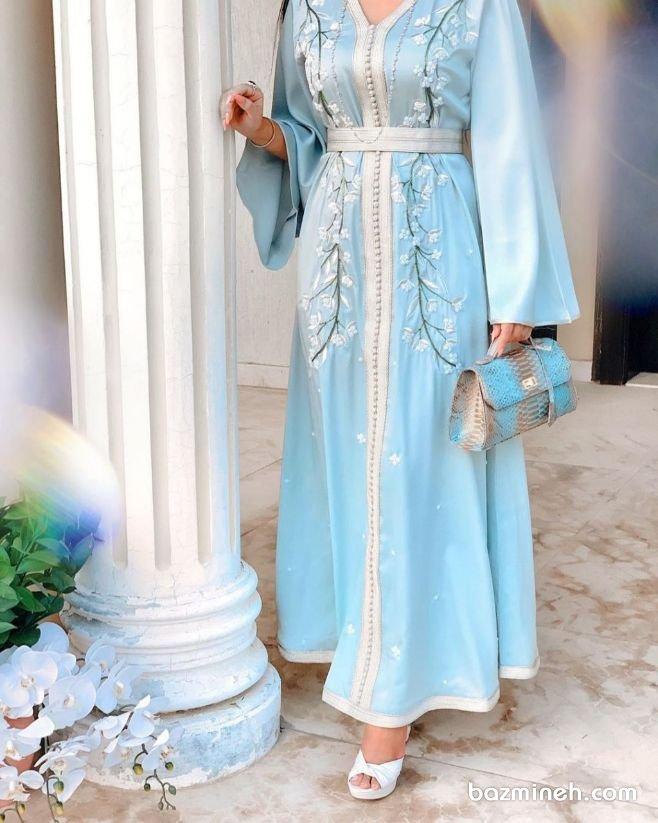 مانتو عقد بلند با پارچه ساتن آبی رنگ گلدوزی شده