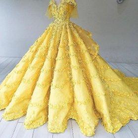 مدل لباس نامزدی آستیندار یقه دلبری با پارچه ساتن آمریکایی گلدوزی شده زرد رنگ