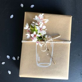 کادوپیچی هدیه با کاغذ کاهی و گل و نخ کنفی